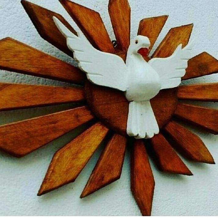 22b3105a0 Divino Espírito Santo Resplendor De Madeira - 46 X 30 Cm - R  39