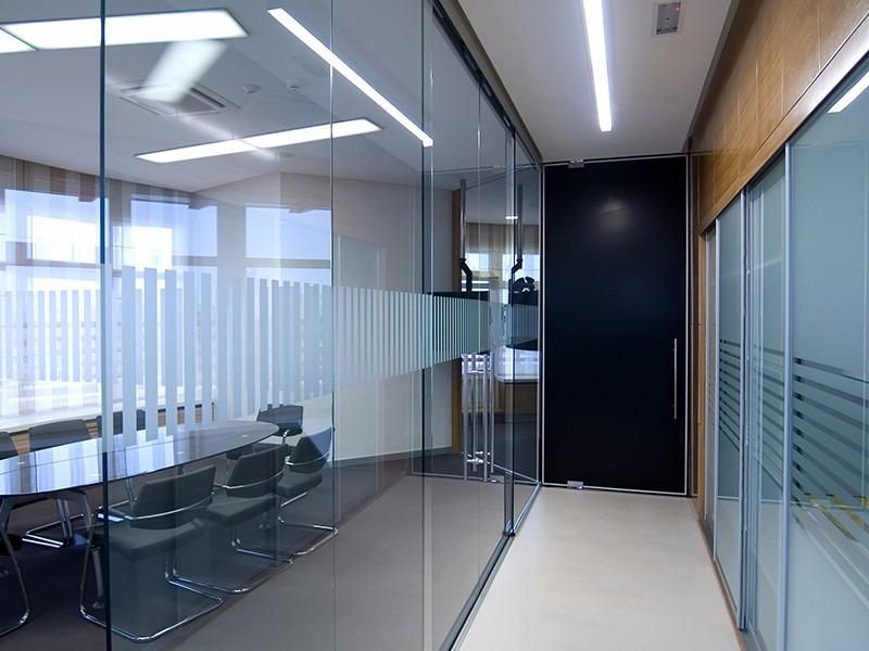 Divisi n de oficina vidrio y aluminio dise os y for Divisiones para oficina