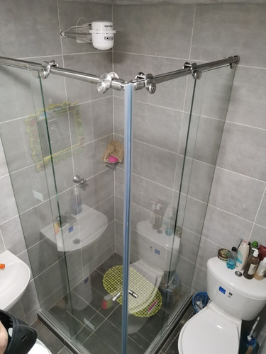 divisiones de baño pce. en vidrio y acero inoxidable 304