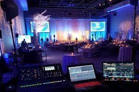 dj audio iluminación pantalla luces robóticas y micrófonos.