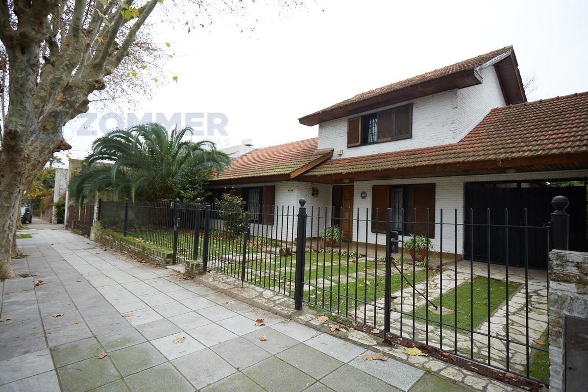 doble lote en vicente lópez, casa construida sobre ambos  terrenos