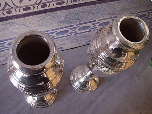 dois vasos banhados em prata