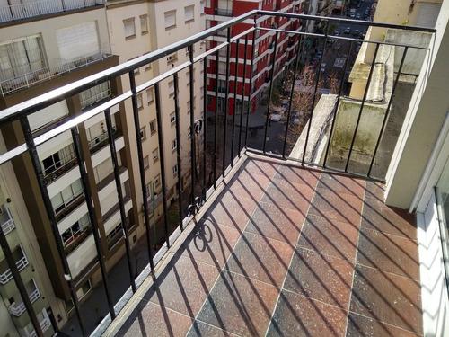 dos a la calle con balcon