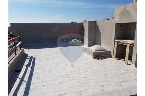 dos ambientes con muy amplia terraza + parrilla