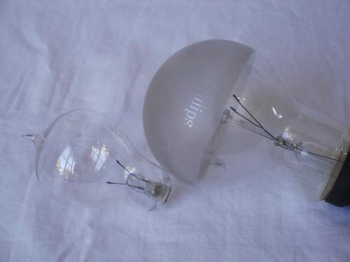 dos antiguas bombillas de luz incandescentes (lamparitas)