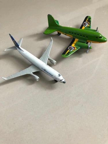 dos avioncitos de juguetes usaditos