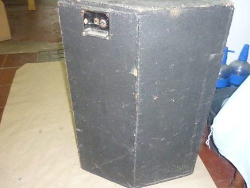 dos cajas con parlantes