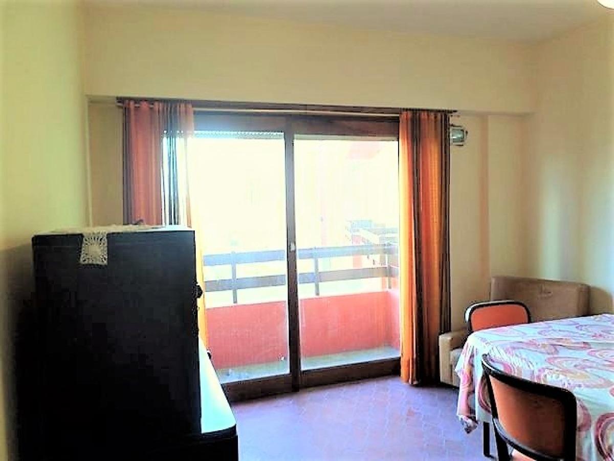 dos grandes ambientes con balcón a 2 cuadras del mar