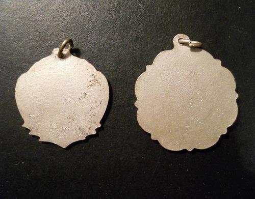 dos medallas de fútbol.