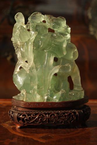 dos niños sobre un sapo tallado/ calado en raiz de esmeralda