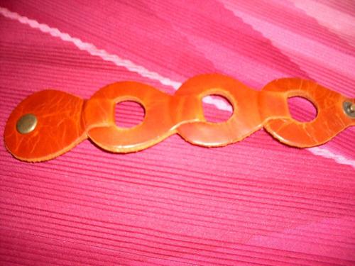 dos pulseras de cuero