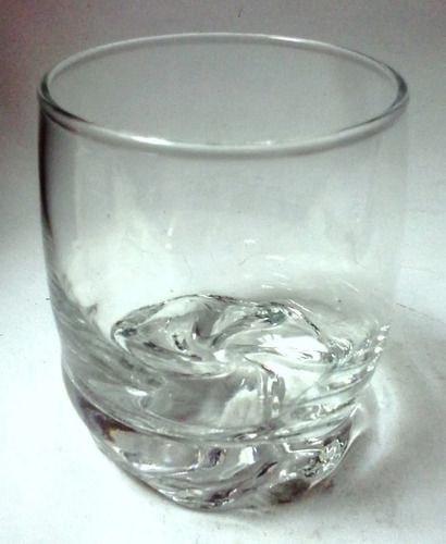 dos vasos cortos vidrio transparente base remolino