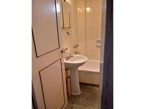 dpto. 2 dormitorios, balcón al frente. impecable- corrientes 900