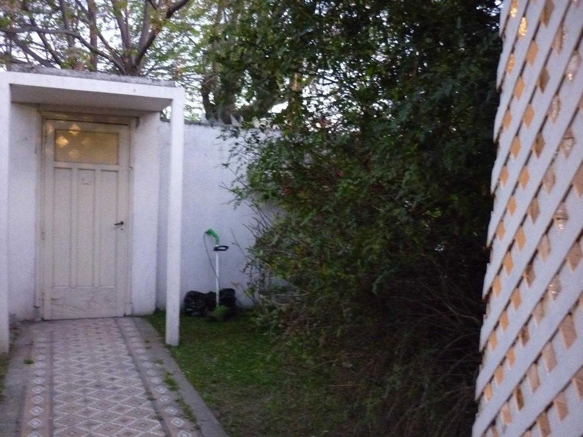 dpto tipo casa al frente c/patio y jardin