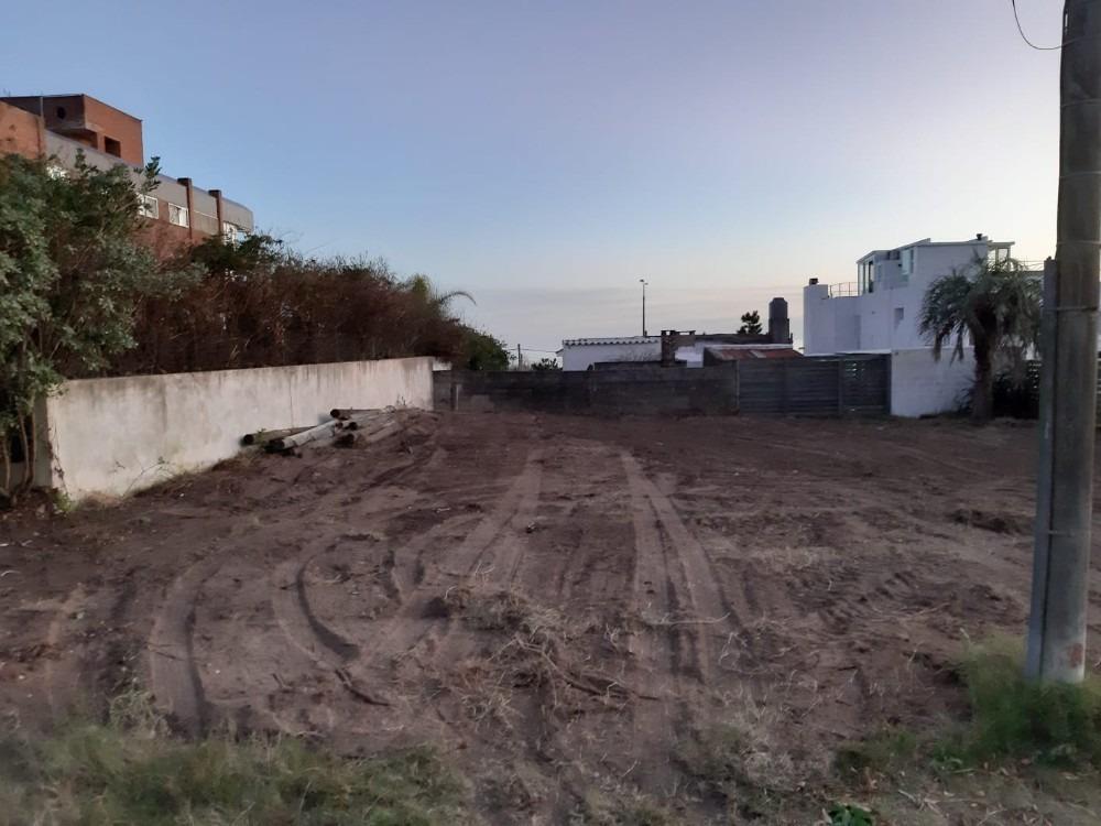 dueño terreno  playa mansa parada 23 a 100 mts. del mar .