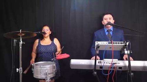 dueto versatil, tecladista y cantante femenina-percusionista