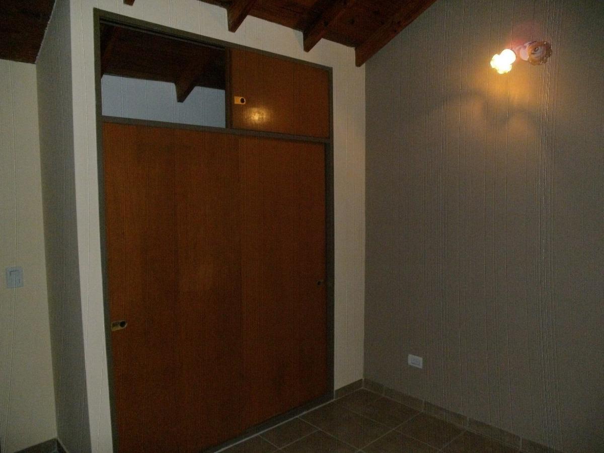 dúplex 2 y 1/2 ambientes, con cochera y patio.