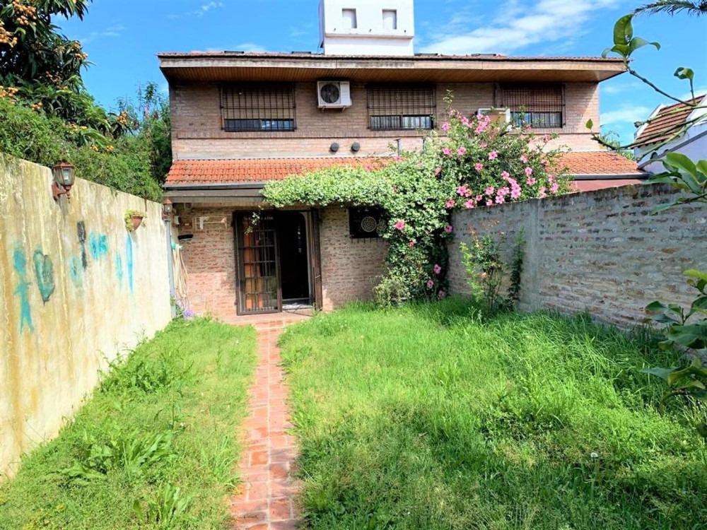 dúplex 4 ambientes con cochera y jardín al fondo