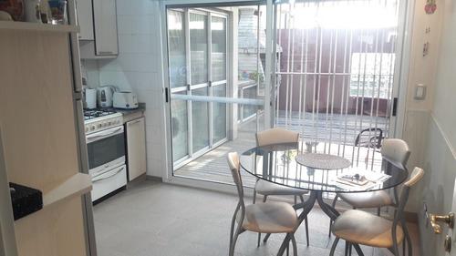 duplex 4 ambientes con espacio guardacoche, patio.