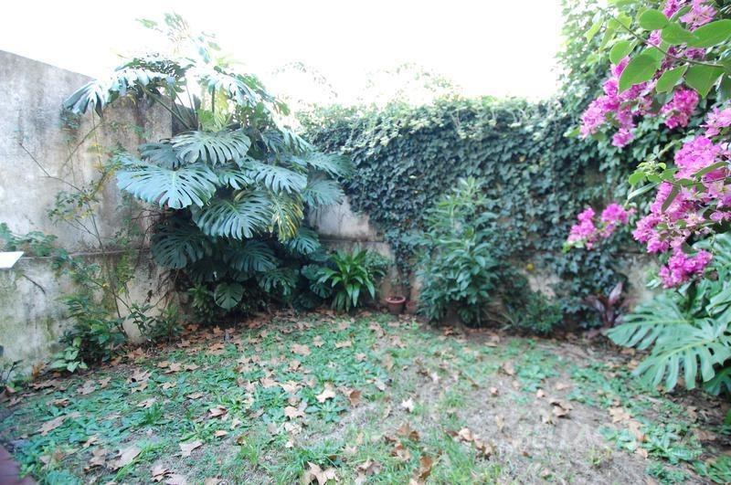 dúplex 5 ambientes con cochera y jardín. gran luminosidad.