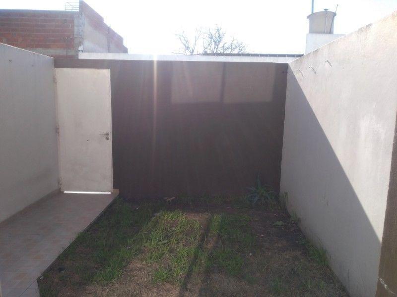 duplex a la venta 2 dormitorios, 2 baños y cochera -los hornos
