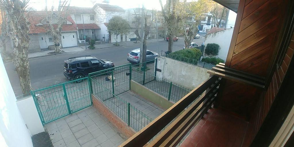 duplex de 3 ambientes con balcón saliente y techo tejas