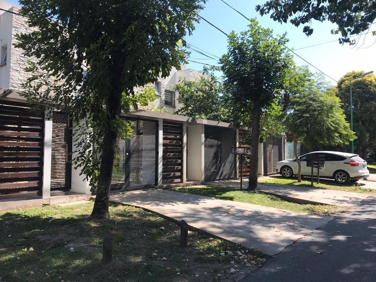 duplex venta  al frente 2 dormitorios, 2 baños , parrilla y cochera -lote 192 mts 2  - manuel b gonnet