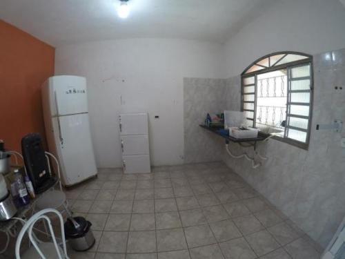 edícula com casa iniciada em itanhaém-sp, bairro belas artes