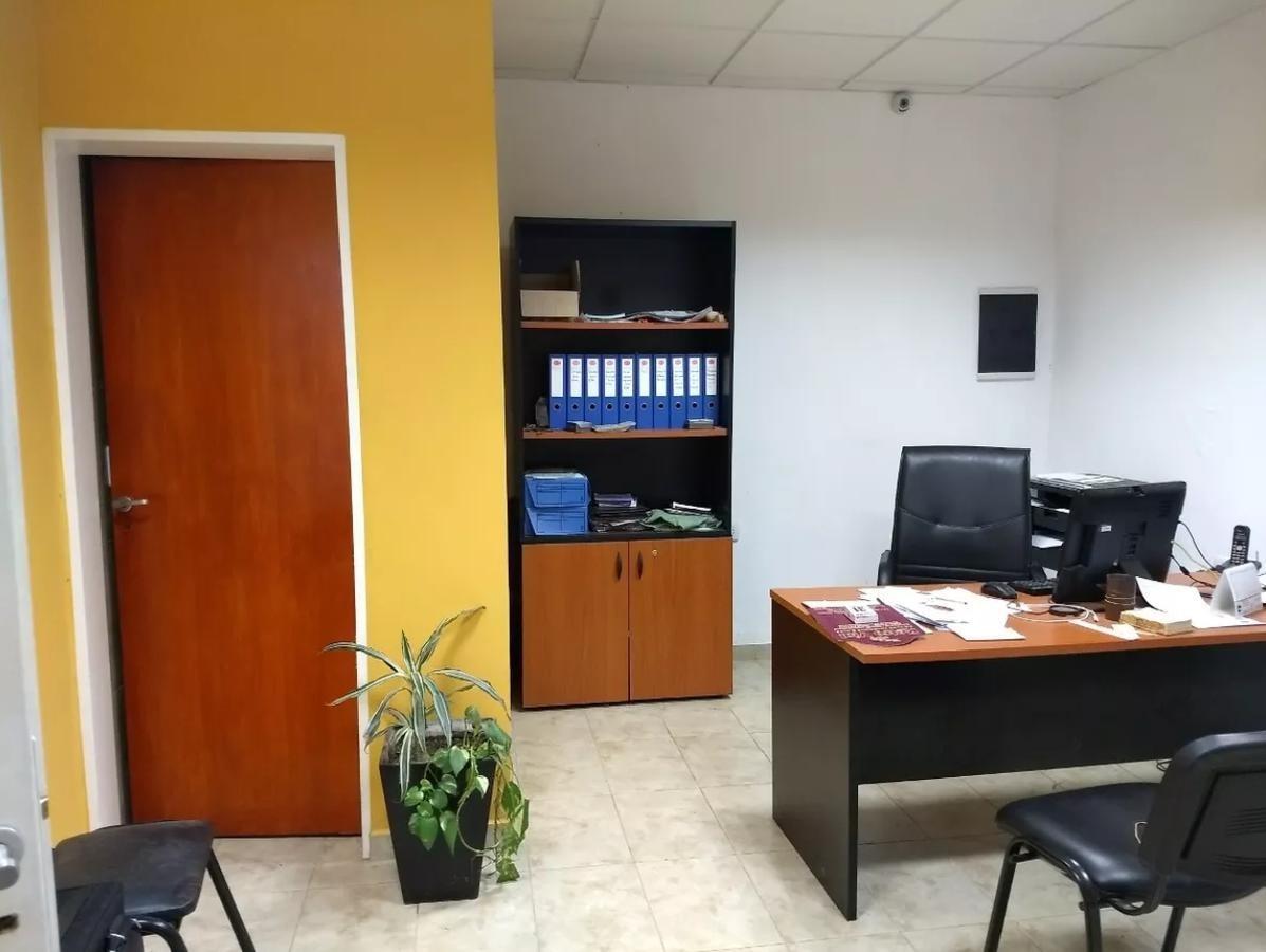 edificio comercial -360 mts 2 con oficinas y lote 10 x 50- melchor romero