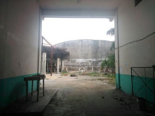 edificio con local comercial.