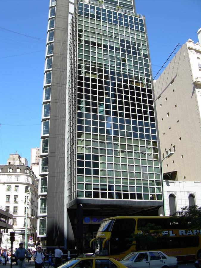 edificio de categoria en esquina con cocheras