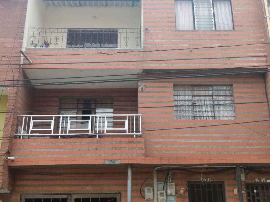 edificio de tres pisos con terraza y aire en castilla