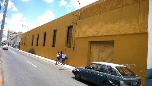 edificio en centro histórico en renta. a 1 cuadra del parque santa lucia. con estacionamiento.