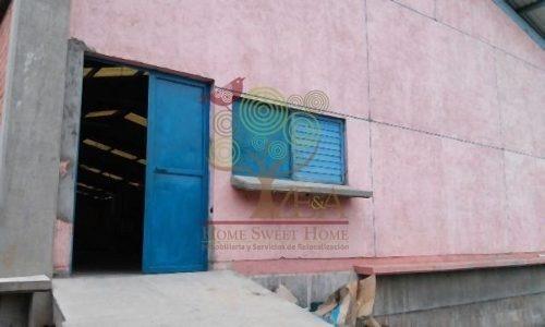 edificio erigido con cimentación de concreto y acero y siste