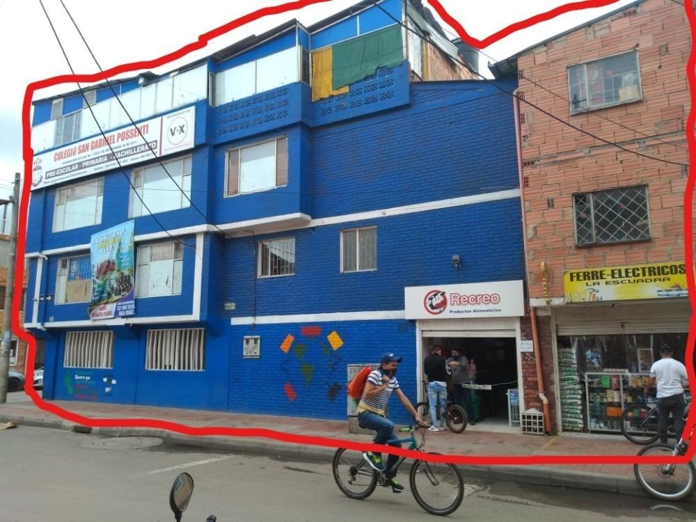 edificio esquinero en zona comercial.