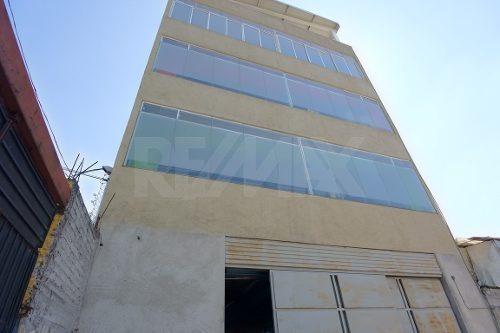 edificio seminuevo con estacionamiento