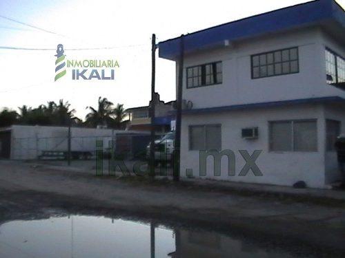 edificio ubicado en la carretera a cobos, cerca de los barcos pesqueros y de la zona industrial del puerto, su terreno es de 600 m².  200 m² techados y 400 m² de estacionamiento  y las medidas de con