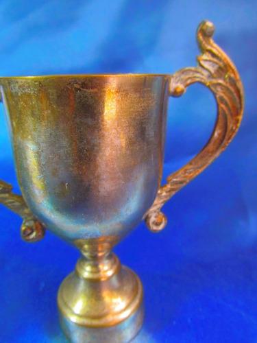 el arcon antiguo trofeo con asas y pie de metal 8 cm  5531
