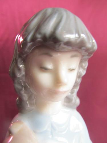 el arcon figura porcelana nao recogiendo su perrito 5047