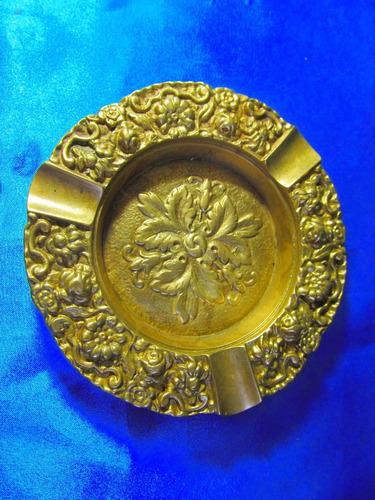 el arcon gran cenicero redondo muy labrado de bronce 18059