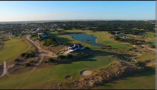 el mejor lote al golf y laguna de costa esmeralda en venta!