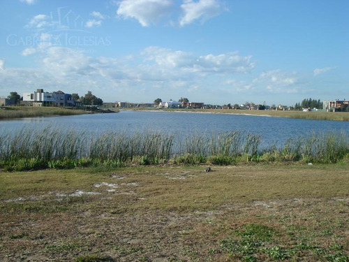 el mejor lote del barrio san benito con espectacular vista al lago !!!!!  y 50 m de costa.