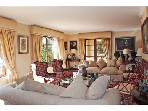 elegante casa con amplio terreno en casona las condes