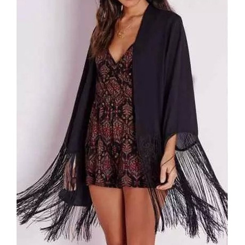 elegante kimono color negro con flecos en mangas y contorno.