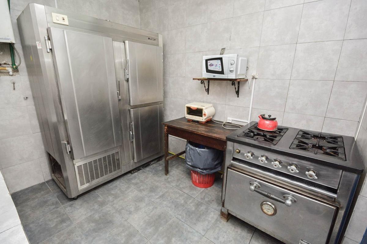 elegante piso en primera planta al frente c/bcon en san cristobal