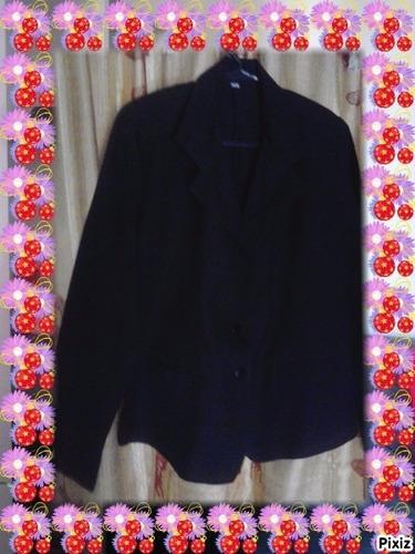 elegante sobretodo coral  y blazer negro