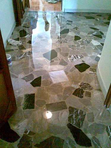 emplomado diamantado cristalizado en piso de marmol granito