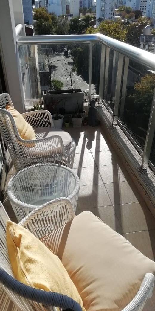en edificio delfi, semipiso de 3 ambientes  con balcón a la calle casi a estrenar!