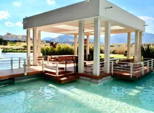 en isla de agua, con terraza y balcón
