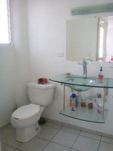 en palmares, entre jurica y juriquilla, 3 recámaras, jardín, 2.5 baños, privada